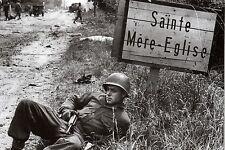 WW2 - Photo - Soldat américain à l'entrée de Sainte-Mère-Eglise le 6 juin 1944
