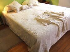 Ensemble grand couvre-lit et accessoires de chambre en dentelle perlée