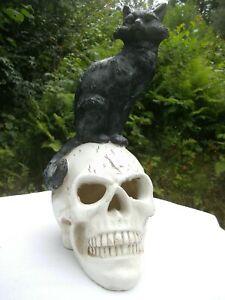 Gothic Figur schwarzer Kater auf Totenkopf mit LED Beleuchtung Deko Figur h25cm