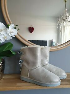 GORGEOUS PEARLESCENT BAILEY BOW WITH SWAROVSKI CRYSTAL UGGS SIZE UK 5.5.. 🌈⛄