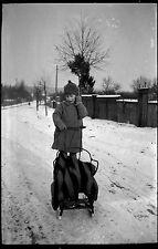 Enfant avec luge siège hiver neige - Ancien négatif photo an. 1930 1940