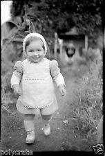 Enfant bébé jardin marche - Ancien négatif photo an. 1940