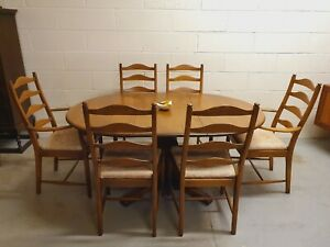 VINTAGE ERCOL ELM EXTENDING DINING TABLE AND SIX PENN CHAIRS INCL. CARVERS