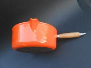 Grande casserole orange  Le Creuset  vintage manche bois , très bon état  22 cm