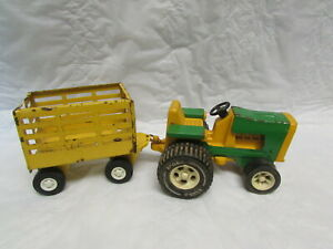 VINTAGE TONKA TRACTOR AND TRAILER.   (138)