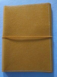 In gelbes Leder gebundenes Notizbuch, neu und unbenutzt