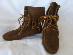 Minnetonka Moccasins Brown Suede Fringe Ankle Boots Size 6 Boho Hippy Cool Flats