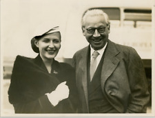 Lady Korba née Alexandra Boycun accompagnée de son père Alexander Korda à l&#039