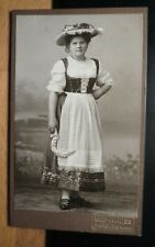 stehende junge Frau in Tracht mit Hut - Sichel ? / CDV W. Mauss Marburg Lahn