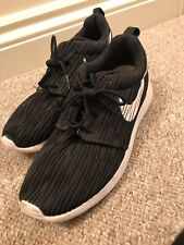 low priced c0d87 2d952 Nike black and white Roshe run - size 3