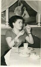 LOT 2 PHotos femme à table au restaurant maquillage Déco nu et art A identifier