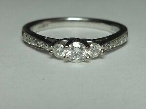 18CT WHITE GOLD 3 DIAMOND RING & DIAMOND SET SHOULDERS.