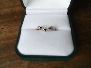 VINTAGE 9CT YELLOW 375 GOLD WISHBONE RING WITH 3 SAPPHIRES & 4 X CZ SPARKLE N