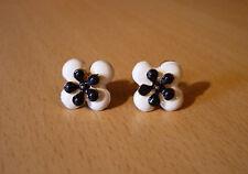 Witte klaver oorbellen met zwarte centrale bloem emaille NIEUW
