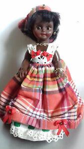 Belle poupée noire 25cm en tenue d'origine vintage / ancienne, yeux dormant