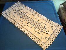 Très joli chemin de table ancien, en coton bien blanc, belles broderies ...