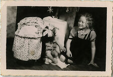 PHOTO ANCIENNE - VINTAGE SNAPSHOT - ENFANT JOUET LANDAU POUPÉE NOËL - CHILD TOY