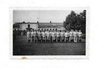 Foto, Soldatengruppe in Uniform, Gebäude, Kaserne