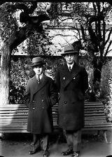 2 jeunes hommes manteaux chapeaux parc négatif photo plaque verre an. 1920