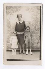 CARTE PHOTO Décor Toile peinte Postcard RPPC 1920 Trois 3 Enfants Trio Carreaux