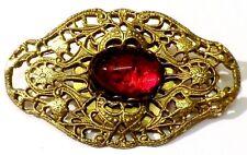 broche ancien bijou vintage en relief ajouré cabochon rouge couleur vieil or 151