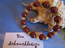 Armband aus kleinen Holzperlen in braun mit Gummizug