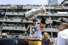 SYDNEY CROSBY AT THE PARADE 6/14/17 8X10 WITH COMPLETE PARADE CELEBRATION ON DVD