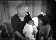Vieille dame avec nouveau né et fillette ancien négatif photo verre an. 1930