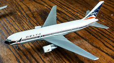 DELTA AIRLINES BOEING 767 DESK TOP AIRPLANE 1/200 MODEL FLIGHT MINIATURE