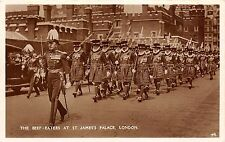 B85102 the beef eaters at st james s palace military militaria   london uk
