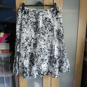 Per Una Black/White print  skirt size 22
