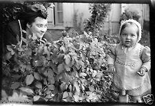 Femme + Enfant bébé dans le jardin plante - Ancien négatif photo an. 1940