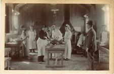 En cuisine, le chef et ses assistants Vintage silver print Tirage argent