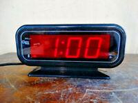 Large Digital Display Cosmo Time Alarm Clock Model E-807 w / Battery Backup