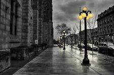 Incorniciato stampa-Nero e Bianco cittadina europea con Giallo STREET LUCI (immagine)