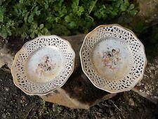 Paire de petites assiettes en porcelaine décor anges chérubins fleurs et or