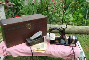 Antique Wilcox & Gibbs Noiseless Automatic Sewing Machine w/ Wood case footpedal