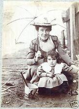 photo ancienne . fillette avec un seau de plage ancien . 1903