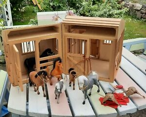 STABLES . Melissa and Doug toy wooden PLAY stable with horses