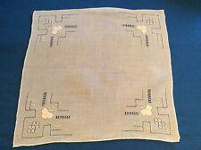 Mouchoir ancien, tissu fin bien blanc, broderies et applications, roulotté main