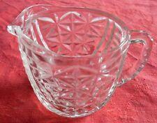 Joli pot à lait en verre taillé