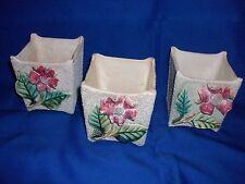 3 caches pots anciens (vers 1940) en faïence granitée et fleurs en barbotine ...