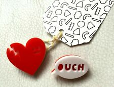 SET LOT de 2 BROCHE Acrylique COEUR bléssé OUCH Broken Heart Brooch pins NEUF