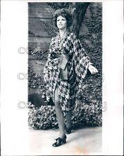 1969 Press Photo 1960s Woman Models Bonnie Cashin Tweed Kimono Style Midi Coat