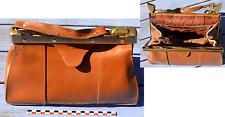 Vieux sac à main femme en cuir fauve, attaches en laiton et fermetures Eclair...