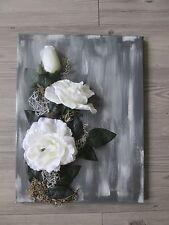 Tableau avec fleurs artificielles rose blanche sur fond gris