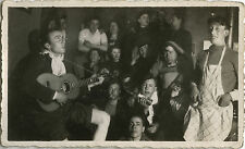 PHOTO ANCIENNE - VINTAGE SNAPSHOT - GROUPE BISTROT GUITARE MUSICIEN FÊTE - MUSIC
