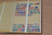 Briefmarkenalbum mit alten Briefmarken aus aller Welt