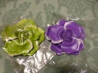 lot .2.fleurs  broches vert ,parme . tailleur ,chapeaux etc