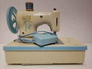 Minty Betsy Clark child size sewing machine 1973 Hallmark Cards great shape